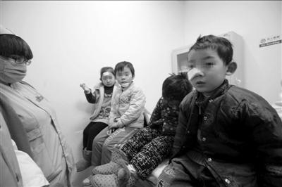 受伤儿童在医院接受治疗。本报记者徐晓帆摄