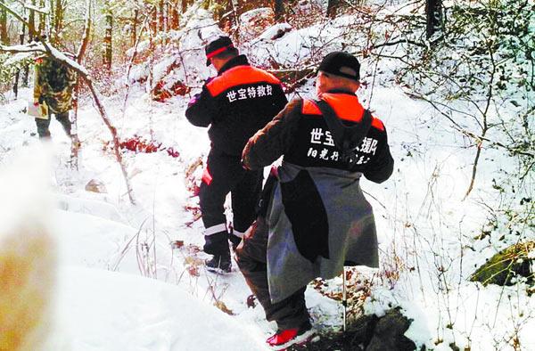 25日,救援人员在积雪里继续找寻老高。