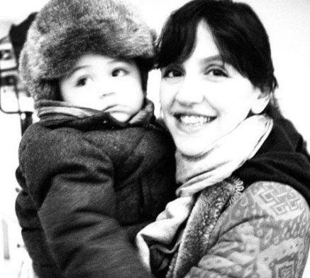 """昨日是刘烨外籍妻子安娜的生日,刘烨中午在微博晒出一张妻子怀抱儿子诺一的温馨照,惹网友齐唤孩子""""长得太好看""""。"""