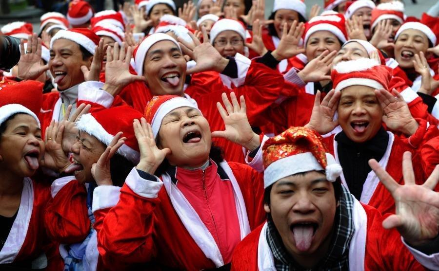 世界 越南河内/图为在泰国大城府一所学校,装扮着圣诞服装的大象为学生们表演...