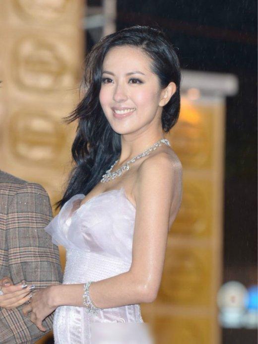 """而唐诗咏长的其实比李诗韵要艳丽一点,此前还被网友说成""""香港第一美女"""