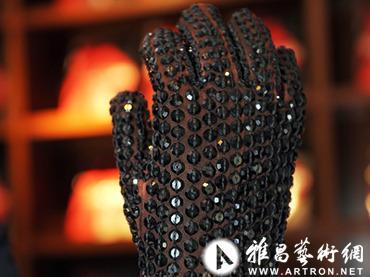要是手套只有一只,大多数人的做法肯定是直接扔掉。但如果这只孤独的手套曾经的主人是一代流行天王迈克尔・杰克逊的话,就能够在拍场上卖到20万美元的天价。