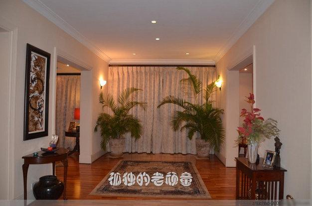 进入大门左侧是客厅,右侧是餐厅。