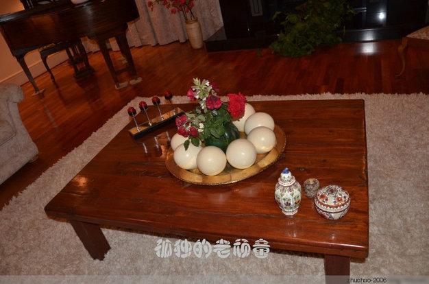 在桌上盘子里装饰的是鸵鸟蛋。