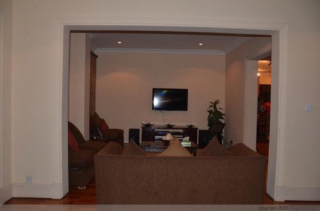 在厨房的一端,还有一个小型的客厅,这里有音响和卡拉OK设备。