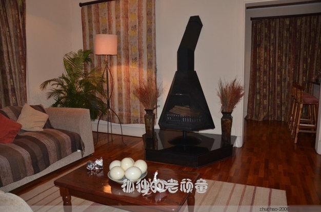 这个客厅里同样也有一个小型的取暖的火炉。