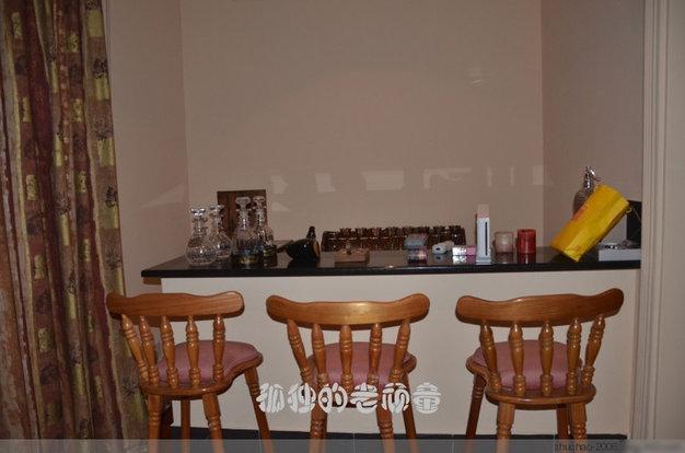 这个小客厅的边上还有一个小酒吧。