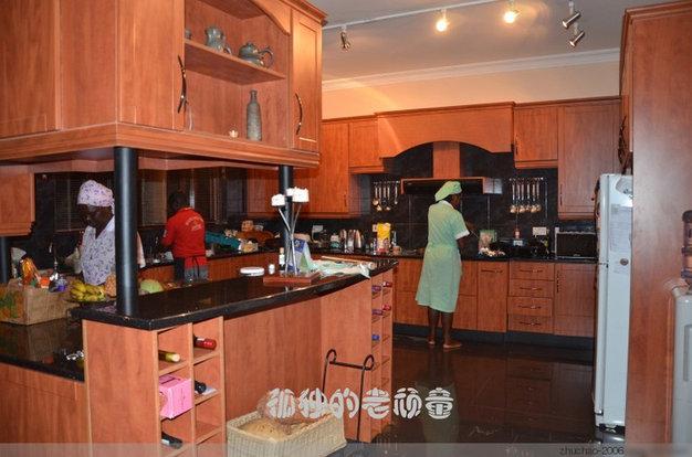 这就是厨房了,一个厨师和两个保姆正在忙碌着,准备我们的晚饭。