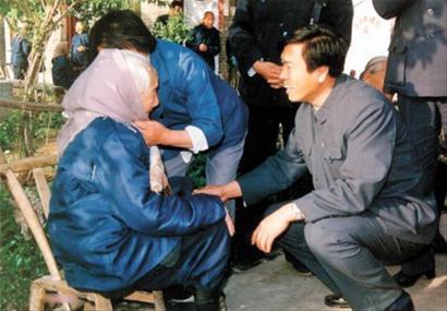 张德江/张德江在民政部工作时,到河南农村一家养老院看望百岁老人