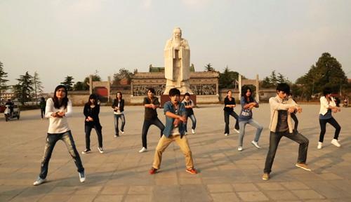 周口市淮阳县孔子广场弦歌台前,当地人拍摄《平坟style》,从地下钻出
