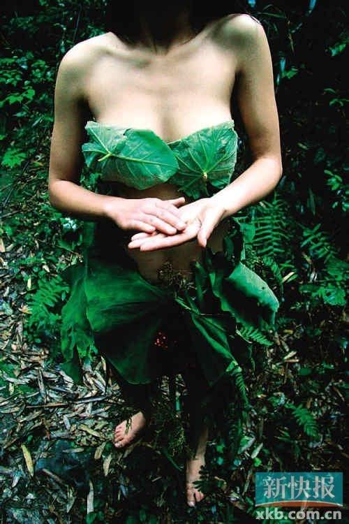 """性感 广东/""""末日姐""""的生活照中不乏裸露的照片。广东一女白领隐居深山造..."""