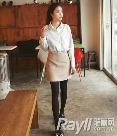 造型 韩智敏/白色衬衫搭配米色包臀短裙和平底鞋