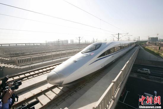 12月26日,世界上运营里程最长的高速铁路北京至广州高速铁路将全线贯通,全程仅需7小时59分。中新社发 侯宇 摄 视频:实拍京广高铁:从温暖花城到寒冷京城 来源:中国新闻网
