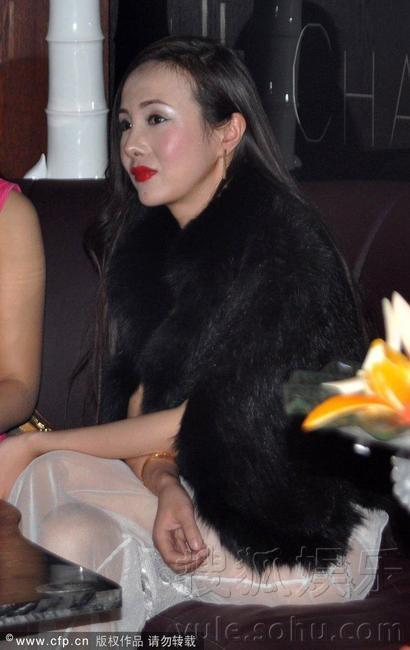 妹妹的逼都被干黑了_2012年12月25日讯,江苏省苏州市,日前,干露露与母亲雷炳霞以及妹妹干