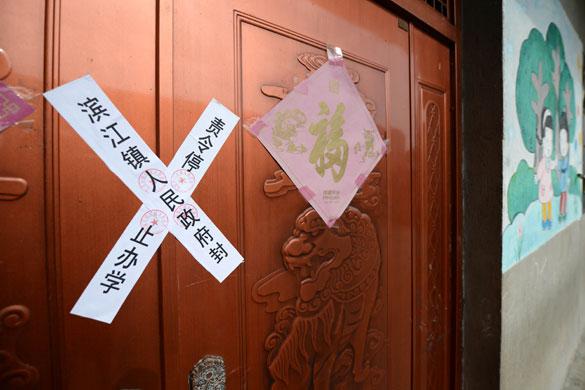 贵溪市滨江镇春蕾幼儿园大门被贴上封条(2012年12月25日摄)。 摄影:新华社记者 周科