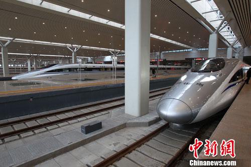 12月26日,河南郑州,即将发车的京广高铁。当日,世界上运营里程最长的高速铁路京广高铁正式开通运营,全程2298公里,全线设计时速350公里。中新社发 王中举 摄