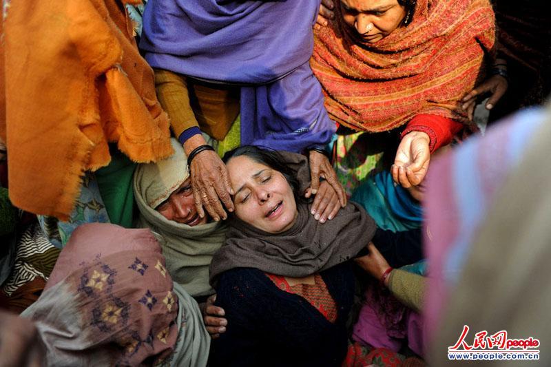 怎棉轮奸舒服_高清:印度妇女在反轮奸示威中悲泣(组图)