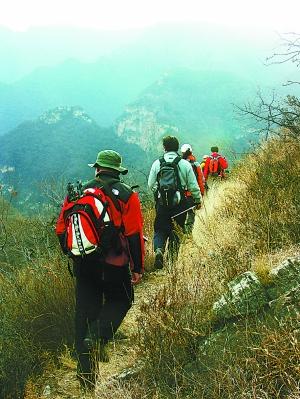 """深秋的京郊,成队的驴友从城里走进山里,伴随他们的,还有形形色色的""""领队""""。 东方IC"""