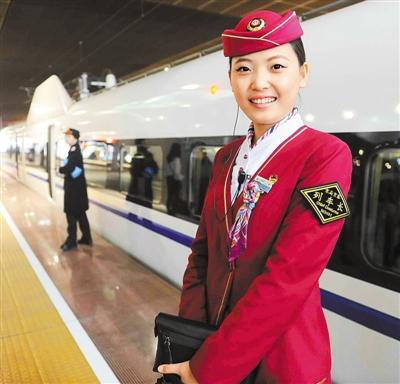 京深高铁首发列车的列车长笑对乘客,靓丽动人。