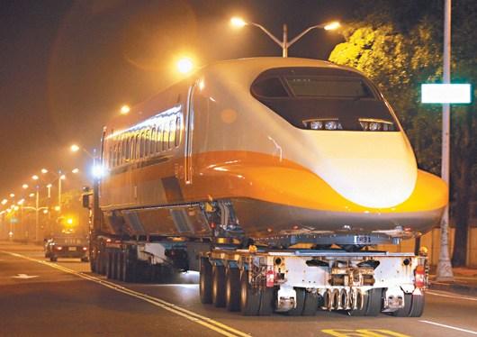 台湾高铁向日本新购4组700T列车,第1组车昨天凌晨由拖板车载运至燕巢总机厂,高铁派出上百人大阵仗运送,也出现高铁列车上马路的特殊奇景。 台湾《联合报》