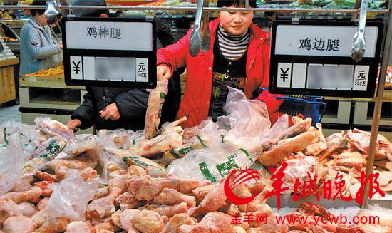 市民在挑选冰冻鸡肉
