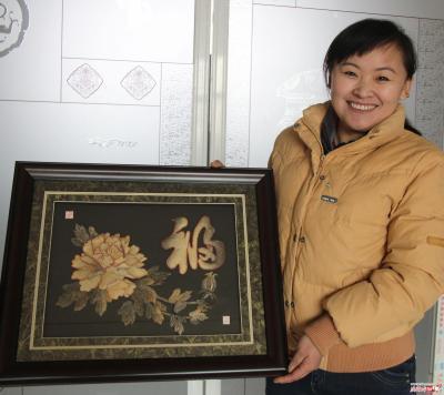王丽梅和她的鱼皮画 花开富贵图