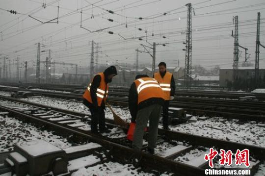 铁路工人们冒着严寒户外除雪 董伟 摄