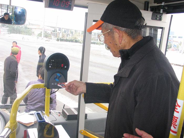 老人孕妇公交车上抢座 老人生气孕妇大哭(图)-