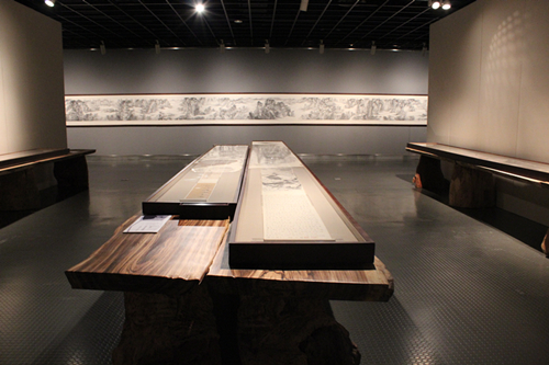 展厅当中,展览的作品通过展墙的立面和展板的平面进行陈列展示,一个图片