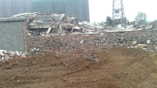 崂山城强拆部队_图为被暴力强拆之后,武汉市江岸区跃进村村民贺年么倒在地上的房子.