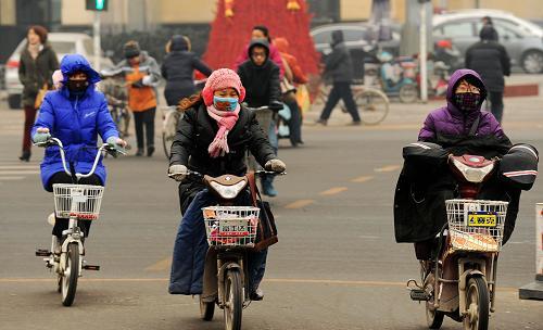 12月28日,河北保定市民在寒风中骑行。当日,受较强冷空气影响,河北省大部分地区迎来新一轮大风降温天气,局部地区伴有零星小雪。新华社发 (朱旭东 摄)