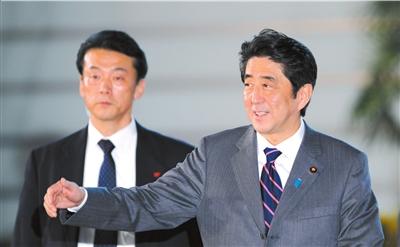 12月26日,安倍晋三(右)步入日本东京的首相官邸。新华社发