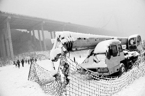 张照阳的吊车被扣在滑雪场内,不远处就是施工工地