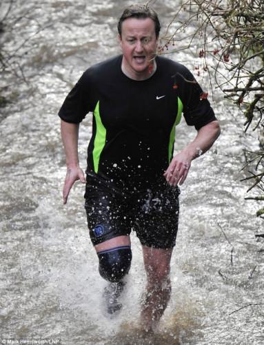 卡梅伦在冰冷的溪流间徒步赛跑。
