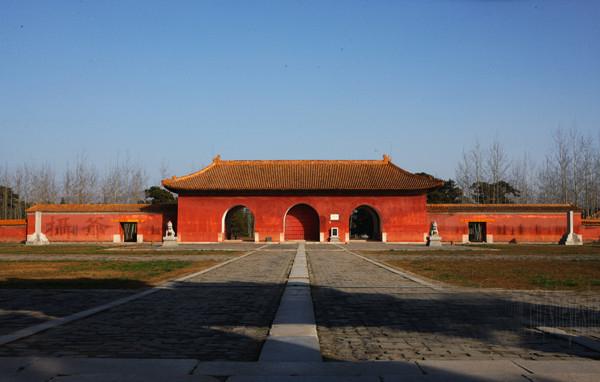 清西陵是清代自雍正时起四位皇帝的陵寝之地,共有14座陵墓,包括雍正的泰陵、嘉庆的昌陵、道光的慕陵和光绪的崇陵。