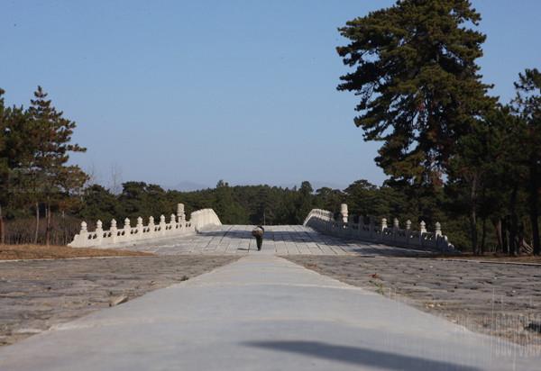 清西陵是一片丘陵地,周围群峦叠嶂,古木参天,景态雄伟,风景极佳。