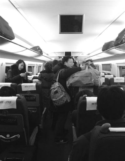 乘客准备换乘动车。前日,北京开往上海的高铁列车发生故障,乘客只得换乘。读者供图