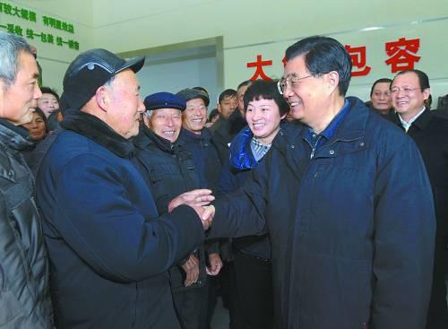 胡锦涛在盐城市大中镇恒北村同村民亲切交谈,深入了解推动城乡发展一体化情况。