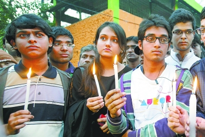 人们参加烛光悼念活动,纪念去世的轮奸案受害女孩。