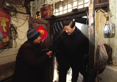 习近平在龙泉关镇到困难群众唐荣斌家看望。29日至30日,习近平在阜平县看望慰问困难群众。新华社记者 兰红光 摄