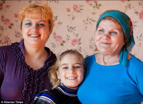 斯德布利斯卡娅(右)与女儿以及孙女的合影。