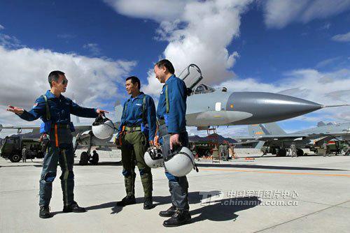 中国空军改装新型战机 新老王牌飞行员空中对决