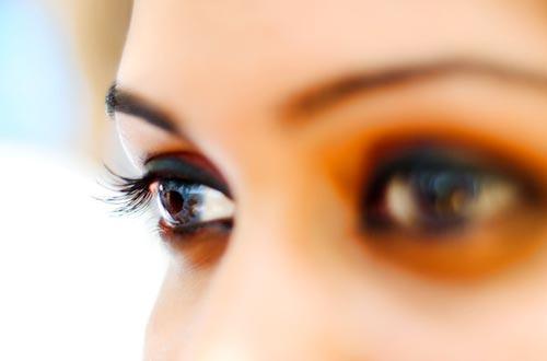 研究表明,当我们眨眼时,大脑就会进入一种暂时的休息状态,睁开眼睛后注意力会提高。
