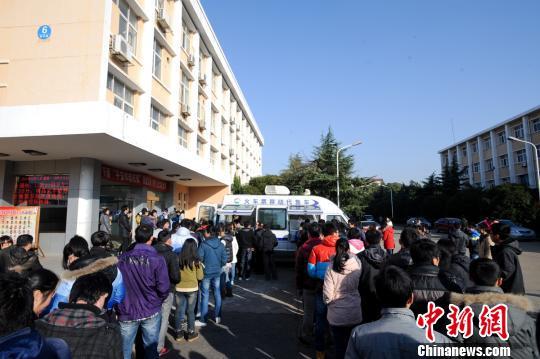 图为31日,南昌火车站将移动售票车开进南昌航空大学办理学生团体票的取票业务。 张学东 摄