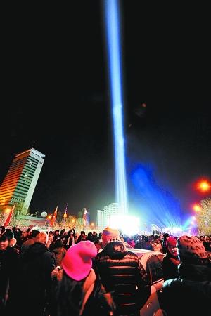 巴黎埃菲尔铁塔的新年倒计时活动,点亮装饰在埃菲尔铁塔上的灯光吸引