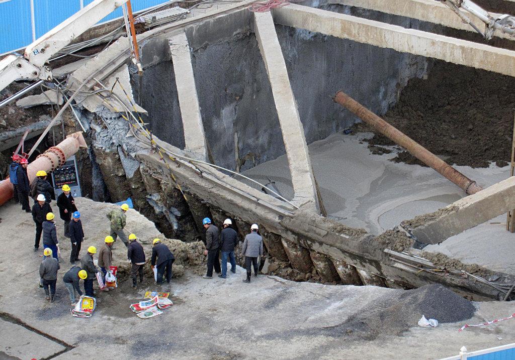 武汉王家湾地铁站工地发生塌方 高清图