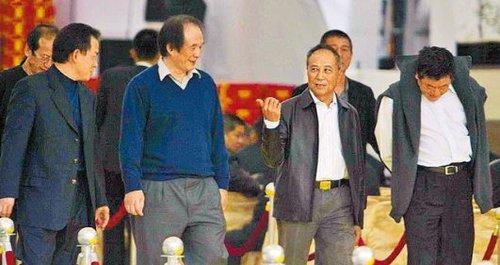 竹联帮张如虹_2007年杨登魁(右二)到竹联帮精神领袖陈启礼的灵堂祭拜