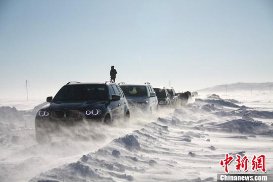 2012年12月30日,受白毛风及冰雪路面影响,在内蒙古克什克旗大草原旅游的车辆在草原公路上排起长龙,缓慢爬行。任晏黎 摄