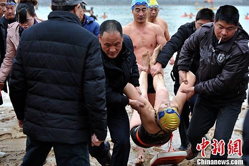 图文:七旬老人冬泳突发身亡 老人被抬上岸