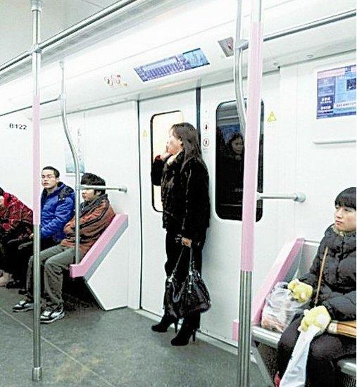 武汉一女子坐地铁头发被夹住 被迫站9站(图)